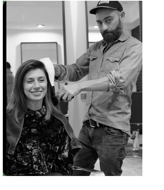 Le coiffeur francais nimes face au parvis des arènes dans l'écusson de la ville romaine